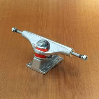 "Gullwing Shadow DLX 8"" Trucks - Silver"